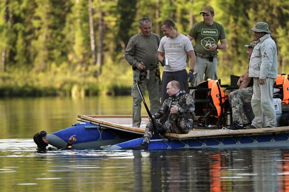 Владимир Путин в Туве поймал большую щуку во время подводной рыбалки