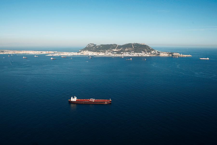 Испанский военный корабль вторгся в английские  территориальные воды уГибралтара