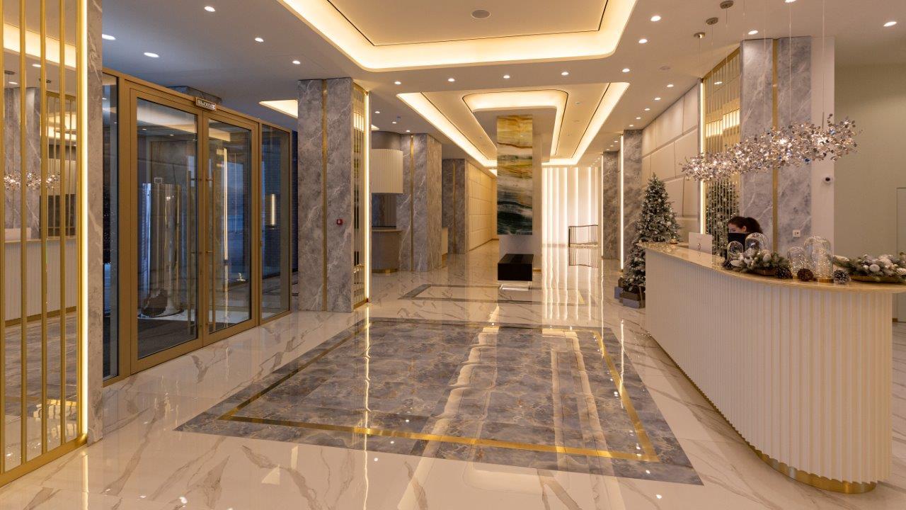 Холлы в «макаровских» домах выполнили по авторским проектам. Внутри играет приятная музыка