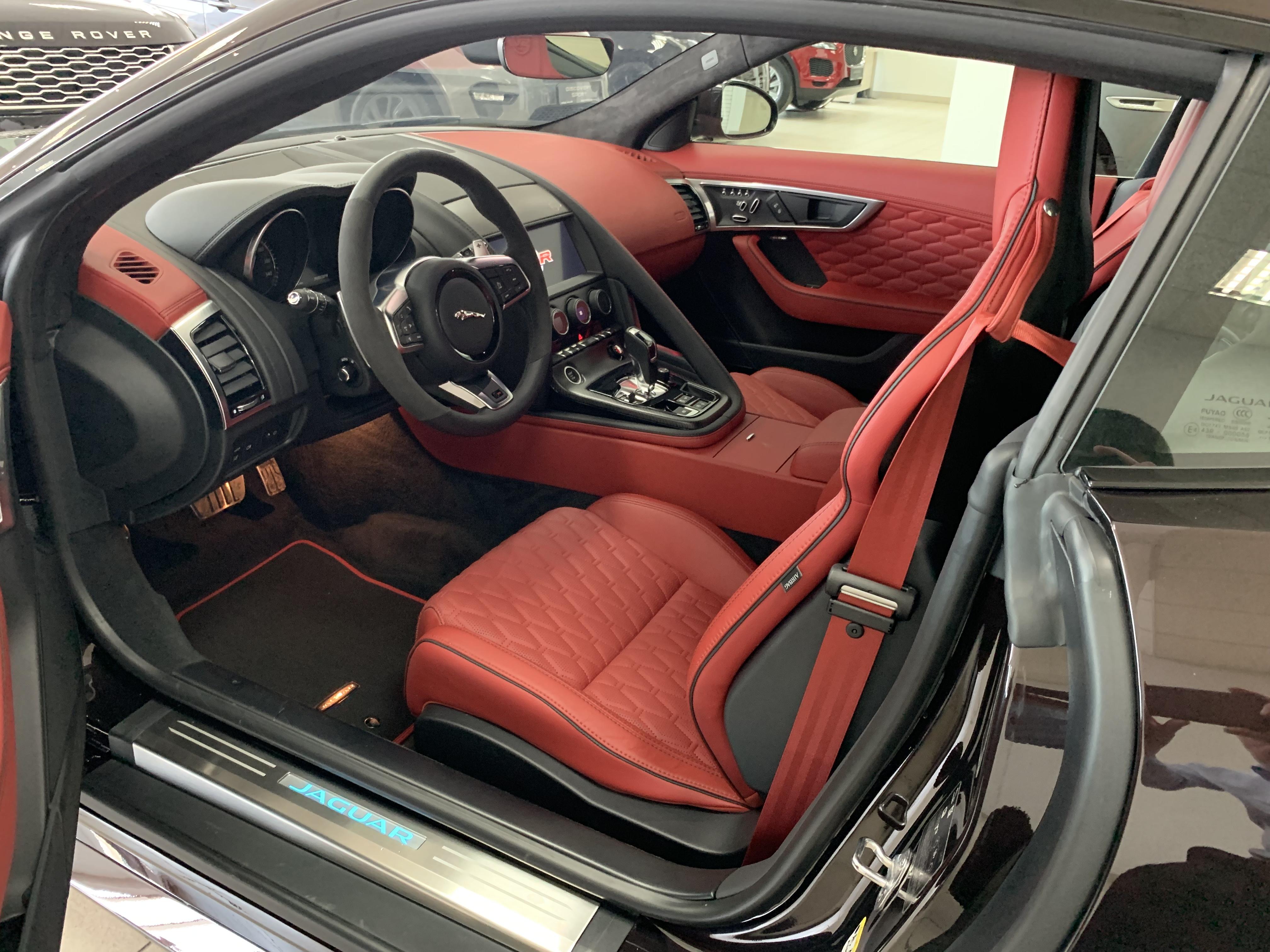 Двигатель V8снагнетателем снижает сопротивление ивибрацию для четкого отклика при любых оборотах. Jaguar F-Type SVR разгоняется от0 до100 км/ч всего за3,7 секунды, максимальная скорость— 322 км/ч