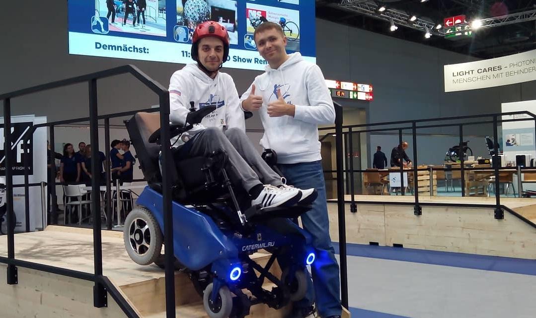 Иван Невзоров (справа)  на чемпионате  Cybathlon
