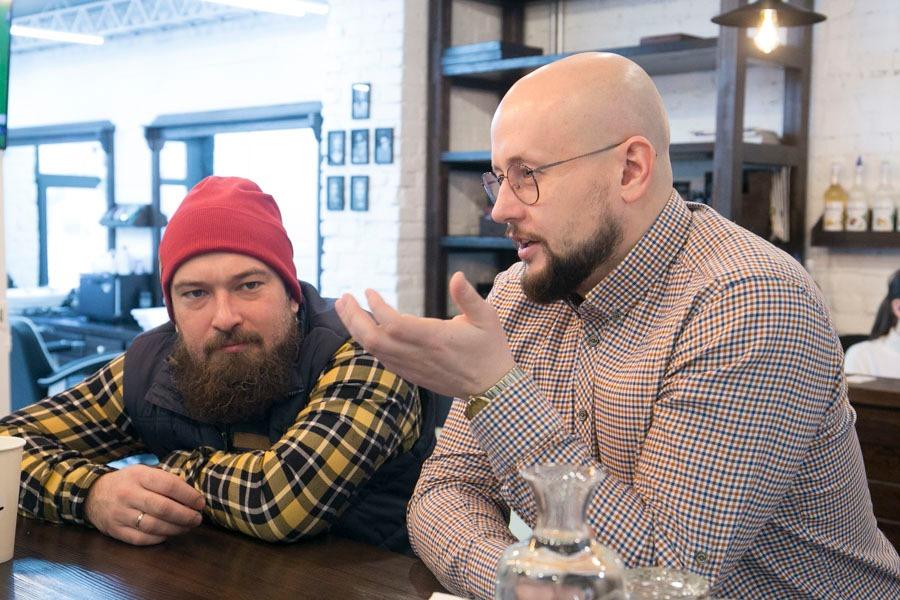Арт-директор сети барбершопов Kontora Александр Прошунин (слева) и управляющий партнер сети барбершопов Kontora Ян Левин