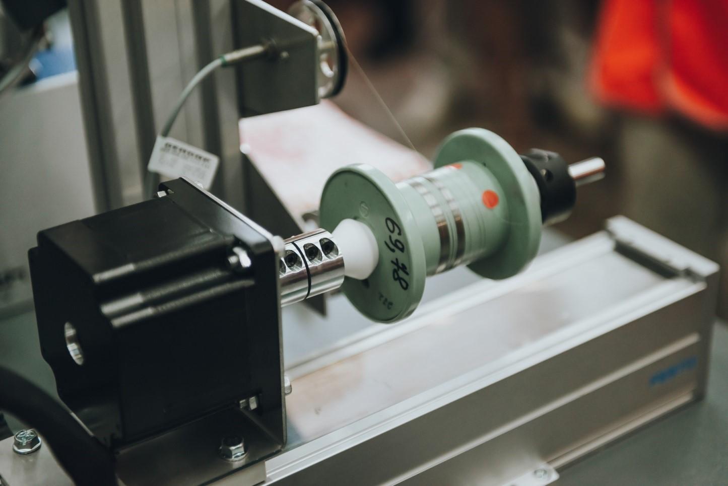 Производственный комплекс оборудования для эмалирования проводов – собственная разработка, не имеющая аналогов в России. Она позволяет эмалировать проволоку из любых материалов, которая в три раза тоньше человеческого волоса.