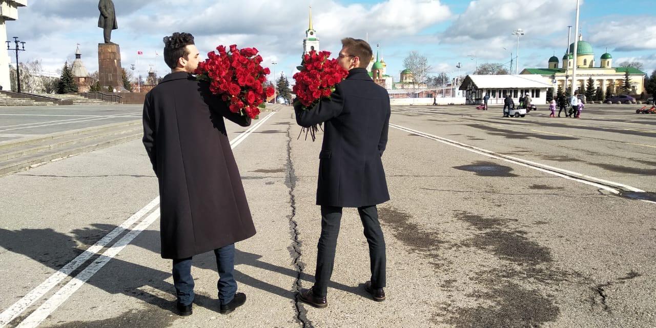 Телеканал ТНТ. Акция — предпромо к теле-шоу Холостяк. Молодые люди, дарили девушкам алые розы.