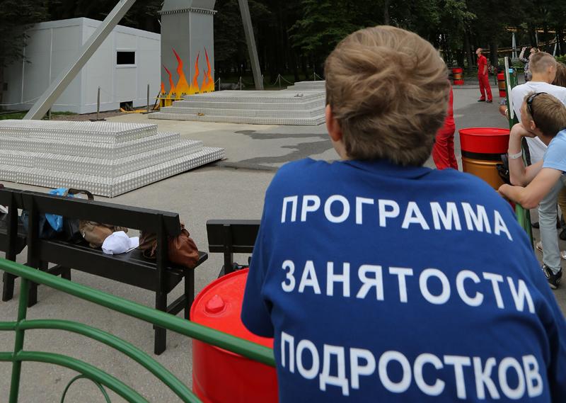 На организацию временного трудоустройства несовершеннолетних граждан в возрасте от 14 до 18 лет в свободное от учебы время из бюджета Санкт-Петербурга в 2016 году выделено 103 млн рублей.