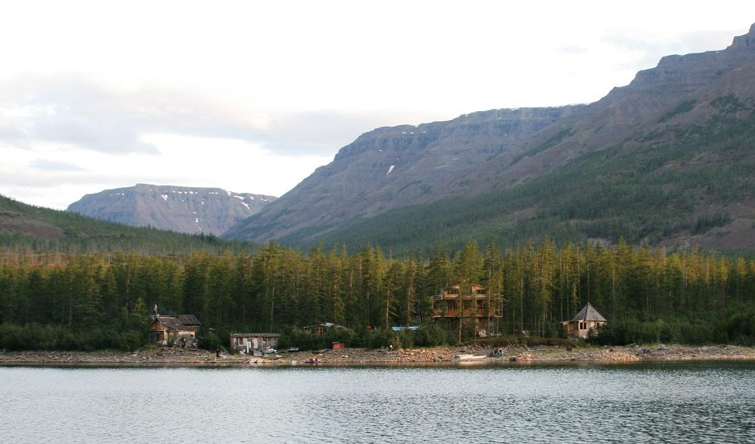 Вид на базу «Бунисяк» с озера Лама