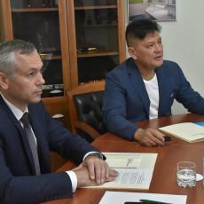 Генеральный директор СКТБ «Катализатор» Виталий Хан (справа) и губернатор Новосибирской области Андрей Травников (слева)