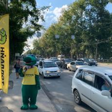 Этой весной поулицам Новосибирска ходил крокодил ираздавал купоны накофе. Все фото: «Реклама Онлайн»