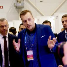 Роман Рыбаков, президент компании «Современные Системы Выращивания», демонстрирует свои разработки губернатору Новосибирской области Андрею Травникову.