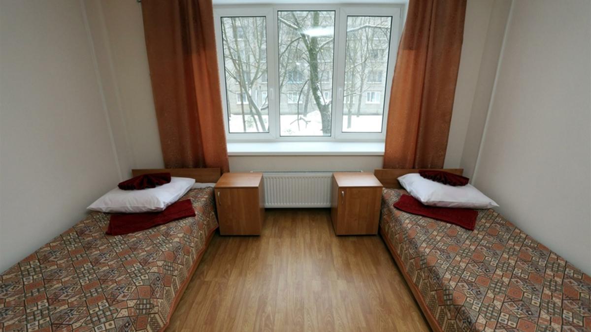Настенька позирует в общежитии