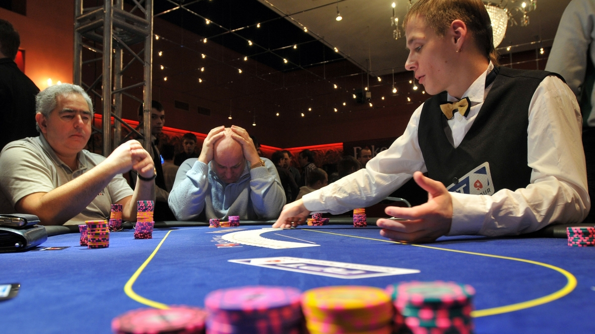 Представитель казино за покерным столом скачать для мобильной версии казино адмирал