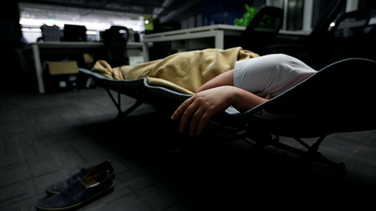 Девушка уснула на работе работа онлайн берёзовский