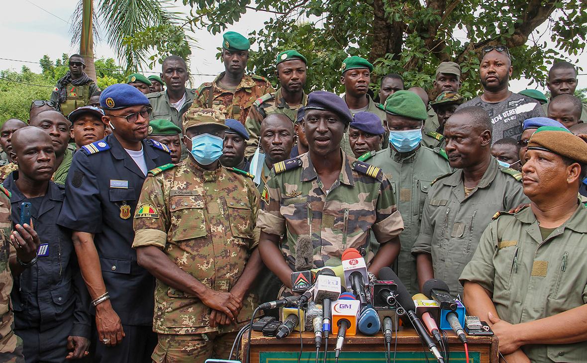Национальный Комитет спасения народа, выступает во время пресс-конференции в лагере Судиата в Кати, Мали