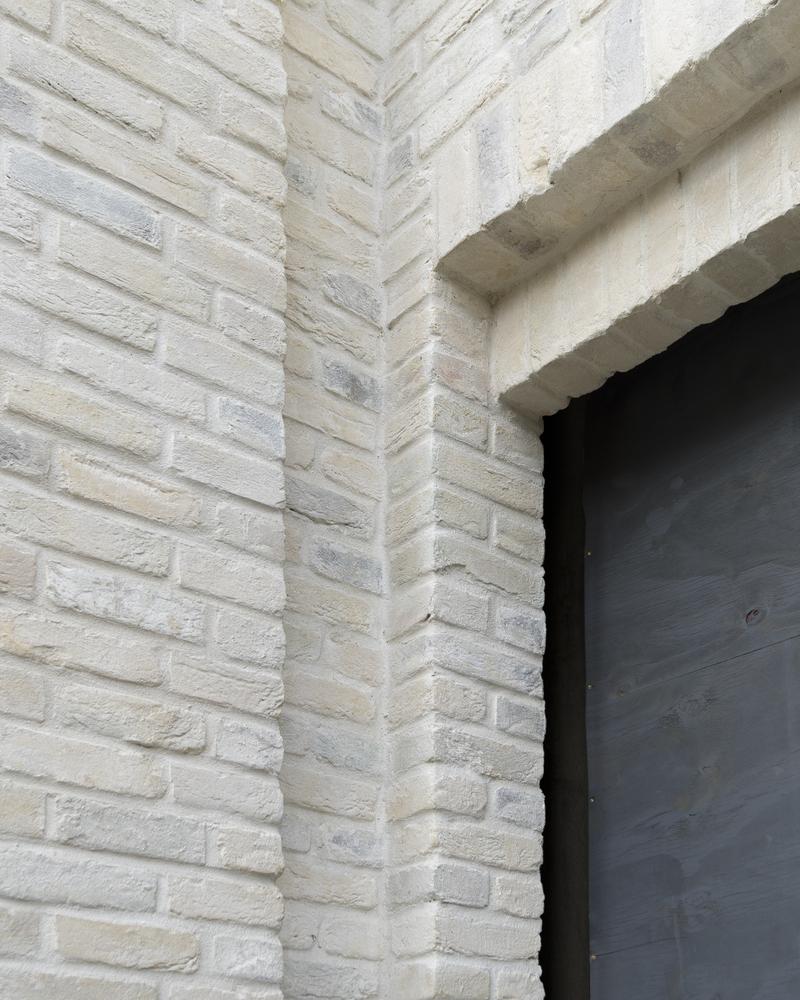 Архитекторы стремились избежать сложных форм инарочитой декоративности: здание выполнено изкирпича, выкрашенного вбелый цвет, стекла идерева