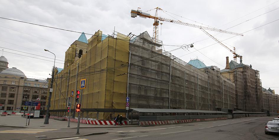 На месте работ по созданию общественной зоны отдыха «Музейный парк» на нижнем ярусе Политехнического музея в районе Лубянской площади