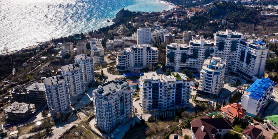 Вид на новый жилой комплекс в поселке Гурзуф