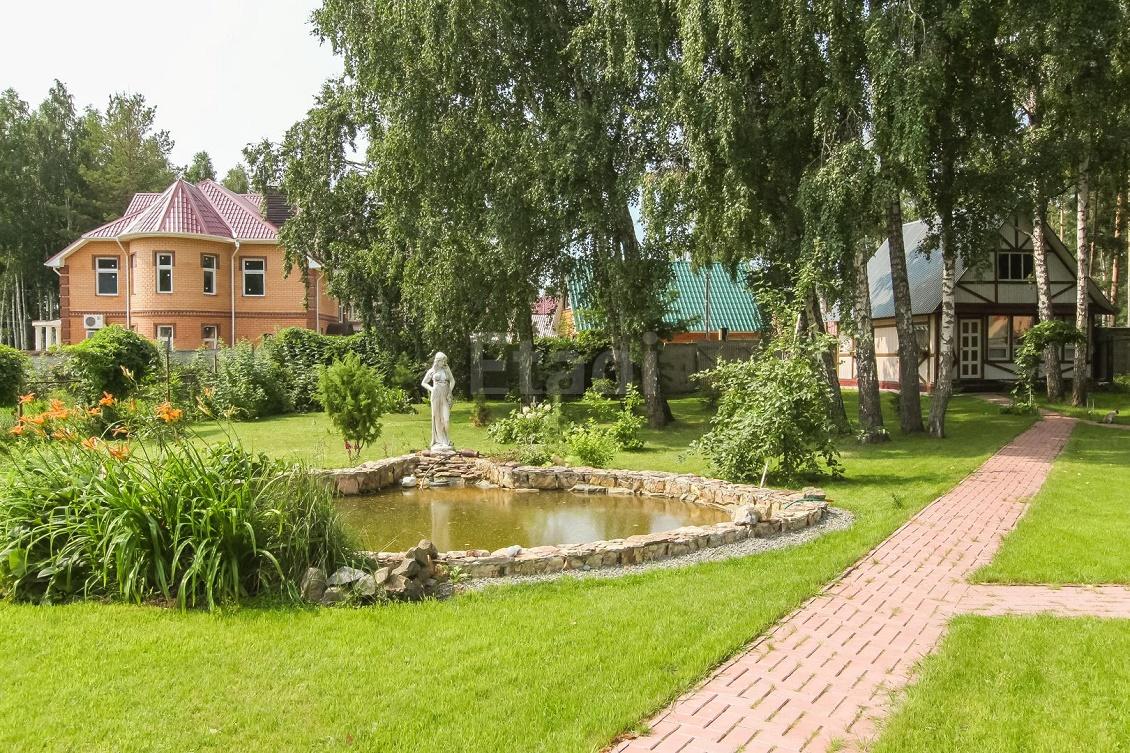 Территория у дома засеяна газоном, площадь участка составляет 17 соток