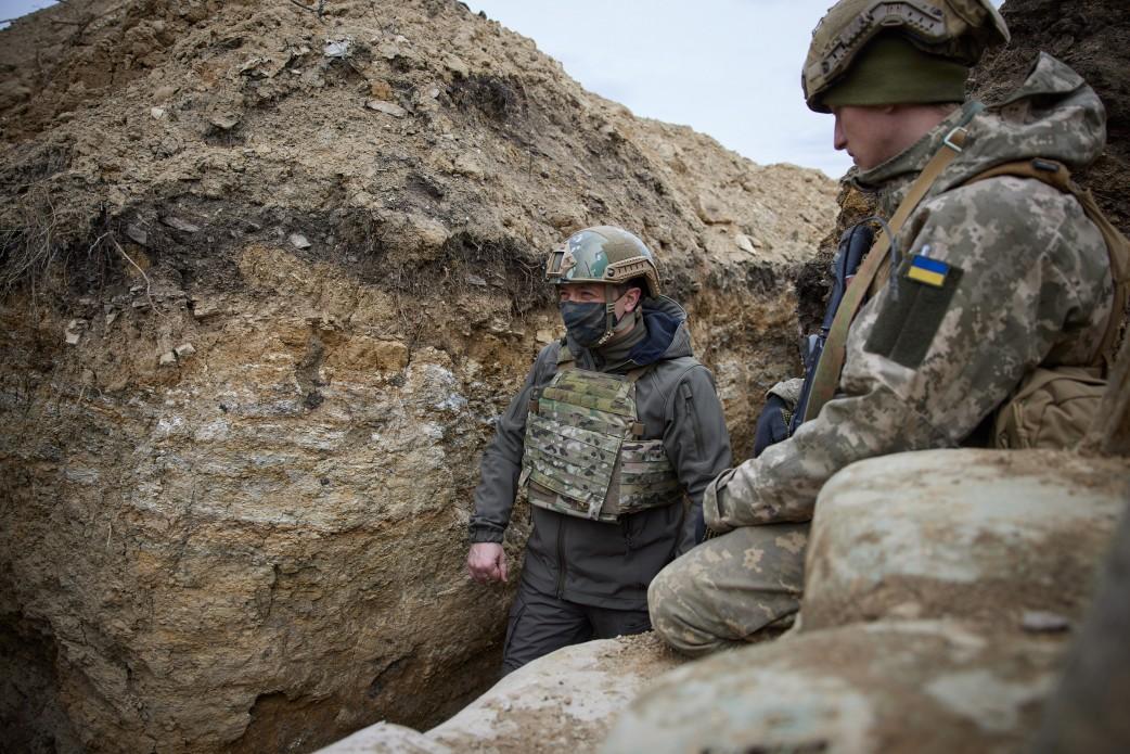 Зеленский в каске и бронежилете спустился в окопы к военным в Донбассе