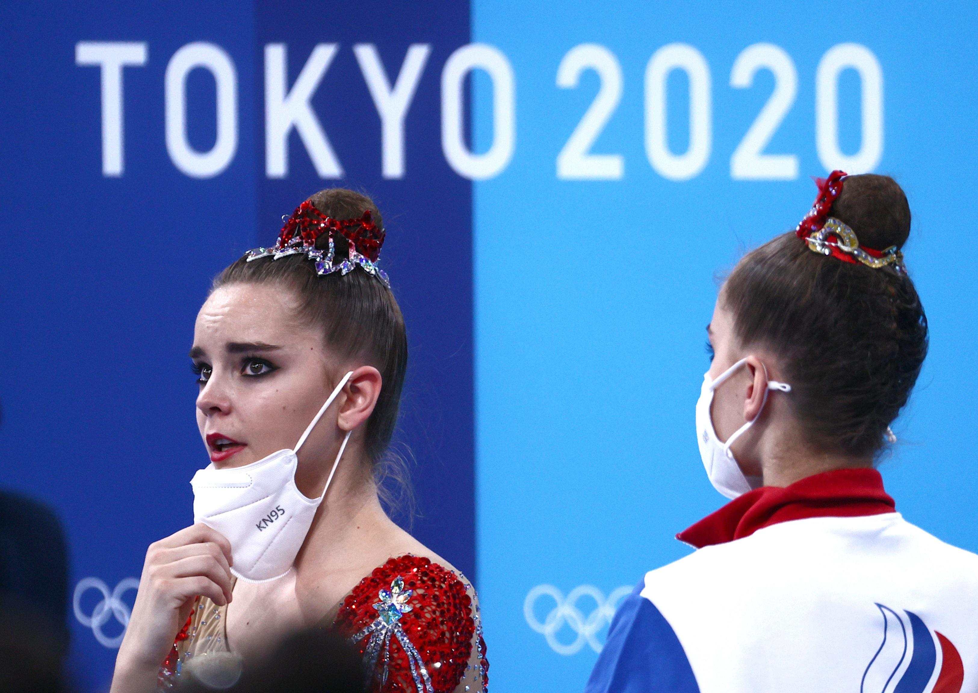 Фото:Слева направо: Дина Аверина и Арина Аверина (ОКР) после финальных соревнований. (Сергей Бобылев/ТАСС)