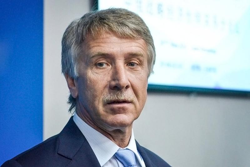 Совладелец НОВАТЭКа и«Сибура» Леонид Михельсон  Состояние, $ млрд.: 14,4 (+2,7)*  Место врейтинге: 1 (4)*  Основа состояния Михельсона—пакет акций НОВАТЭКа (24,8%), «Сибура» (43,2%). Своему первенству врейтинге Forbes вэтом году бизнесмен обязан переоценкой акций «Сибура»: впрошлом году длясделки скитайской Sinopec эта компания была оценена в$13,4 млрд.  * здесь идалее вскобках указано изменение состояние посравнениюс2015 годом иместо врейтинге в2015 году