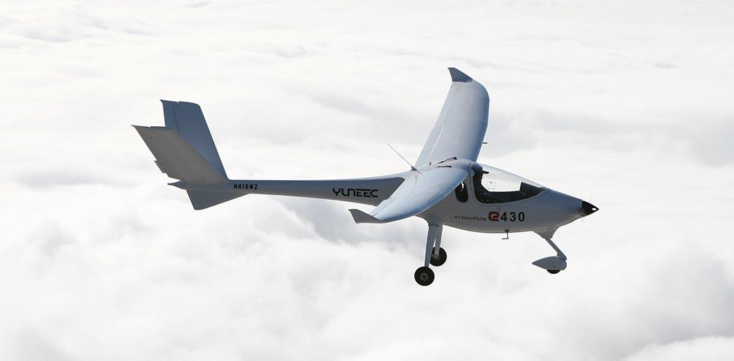 Самолет Yuneec International E430 китайского производства с электрическим двигателем, который питается от литий-полимерных аккумуляторов