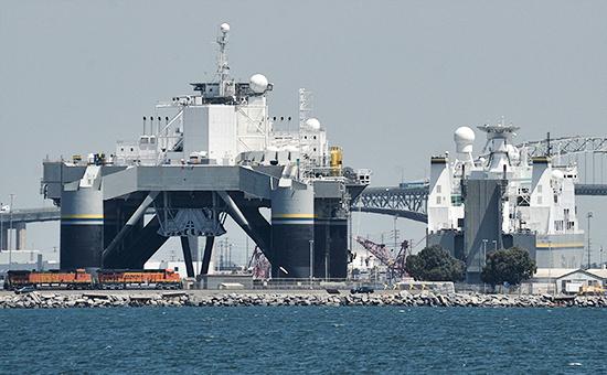 Стартовая платформа Odyssey(слева) икомандное судно Sea Launch Commanderпроекта«Морской старт».2010 год