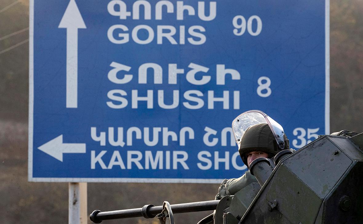 Российский миротворец во время работ по разминированию дороги Степанакерт-Горис