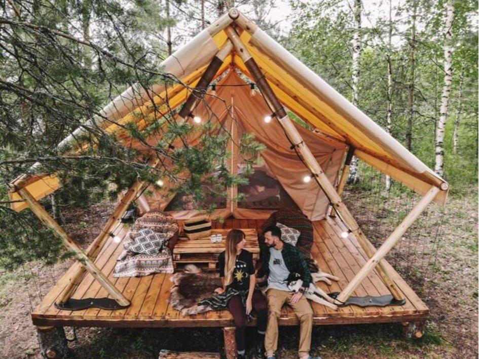 В люкс-шатрах есть все необходимое для отдыха, однако санузлы в таких отелях общие