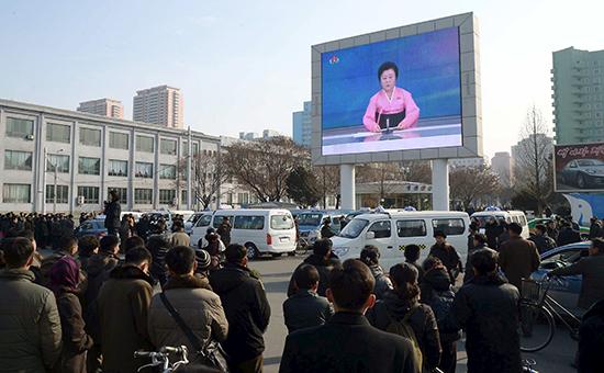 Пхеньян, Северная Корея. Перед огромным экраном люди слушают сообщение диктора об успешном испытании водородной бомбы