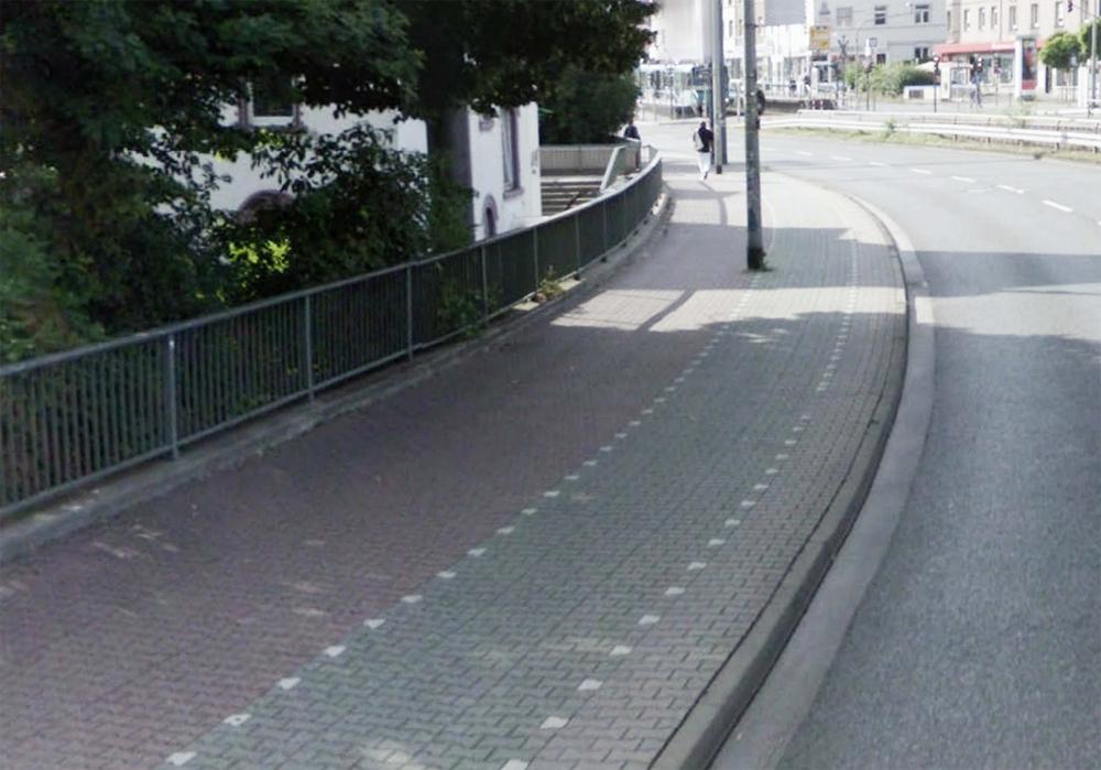 Обозначение направления движения при помощи мощения, выделение цветом велодорожки