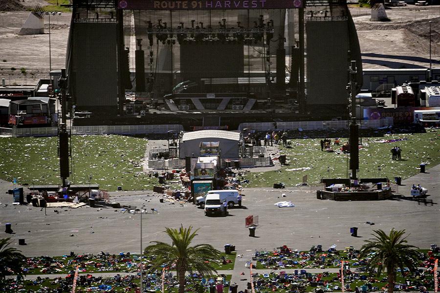 В ночь на 2 октября 64-летний Стивен Пэддок, заселившись в отель Mandalay Bay в Лас-Вегасе, открыл стрельбу по находившимся внизу гостям фестиваля кантри-музыки Route 91. Трагедия в Лас-Вегасе стала крупнейшим в истории США массовым убийством людей с применением огнестрельного оружия.