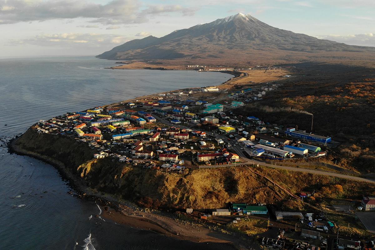 Вид на город Курильск на острове Итуруп. Итуруп— остров южной группы Большой гряды Курильских островов