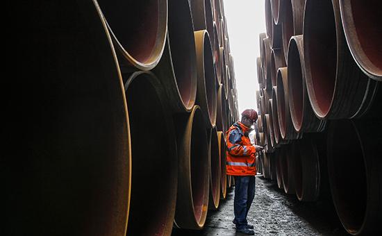 Работникстоитмеждутрубамидлятрубопровода«Северныйпоток», 2010 год