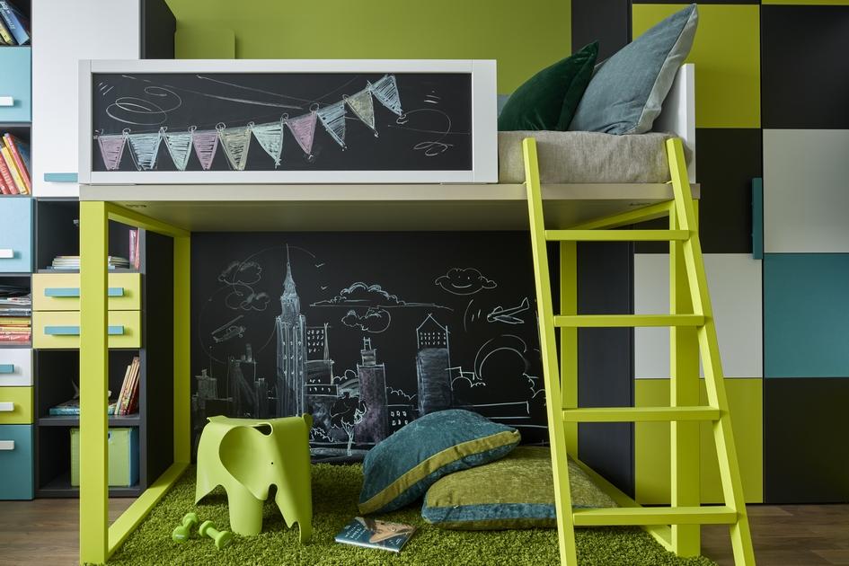 Дети любят двухэтажные кровати иукромные игровые зоны, вкоторых можно спрятаться, каквшалаше. Поэтому постель сверхним спальным ярусом иплощадкой дляигр внизустановится идеальным выбором длялюбознательного ребенка