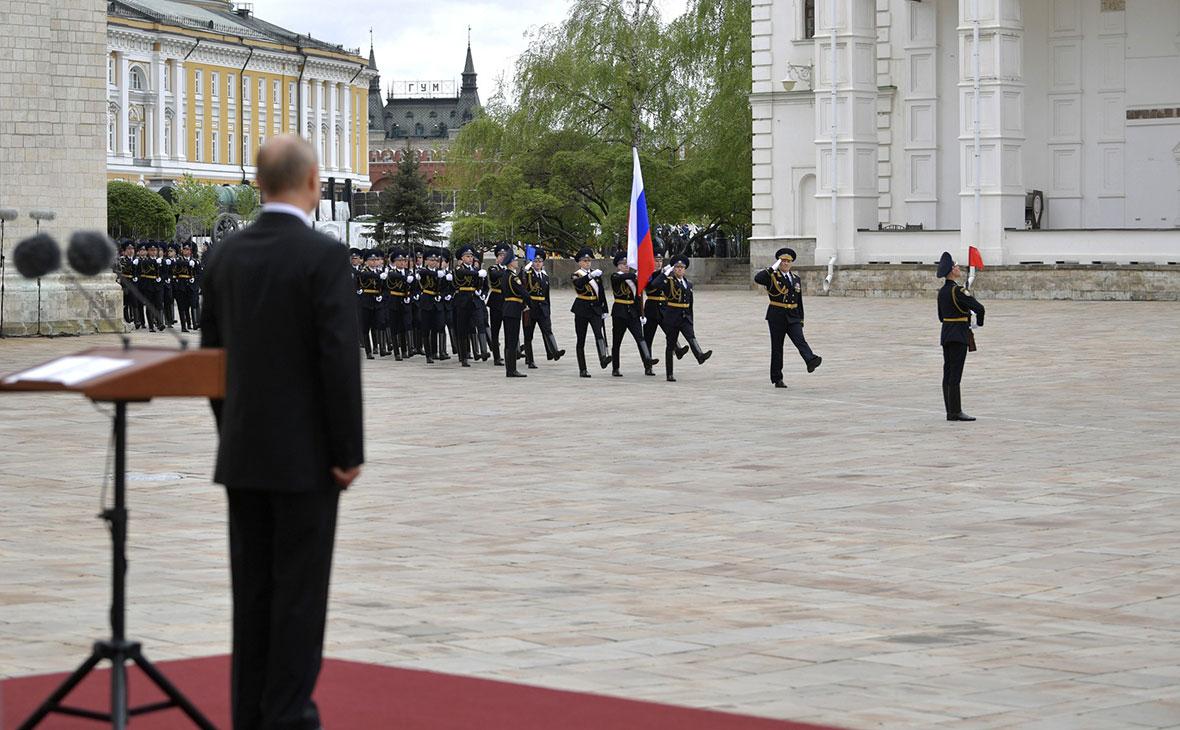 Владимир Путин во время смотра марша пеших и конных караулов Президентского полка на Соборной площади Московского Кремля