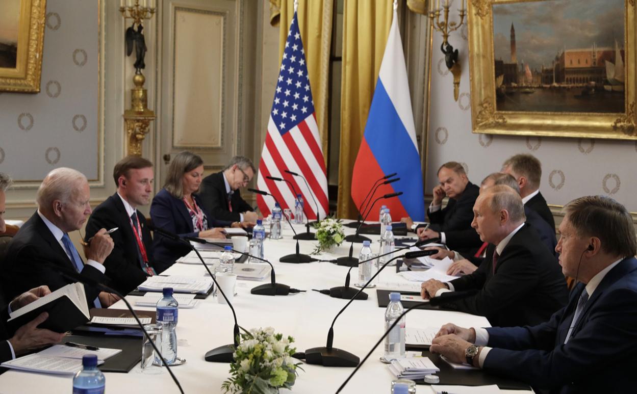 Джо Байден(слева) и Владимир Путин (второй справа)