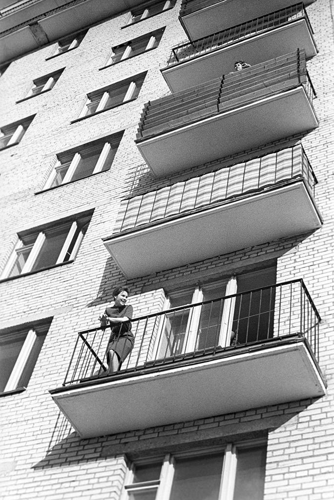 Балконы и лоджии в 1960-х  В СССР балконы имелись далеко не во всех квартирах, а лоджии считались элементом самых «продвинутых» серий домов. Как правило, такие помещения использовались в качестве кладовых  На фото: актриса Лариса Голубкина на балконе. Дата съемки: 21.06.1965