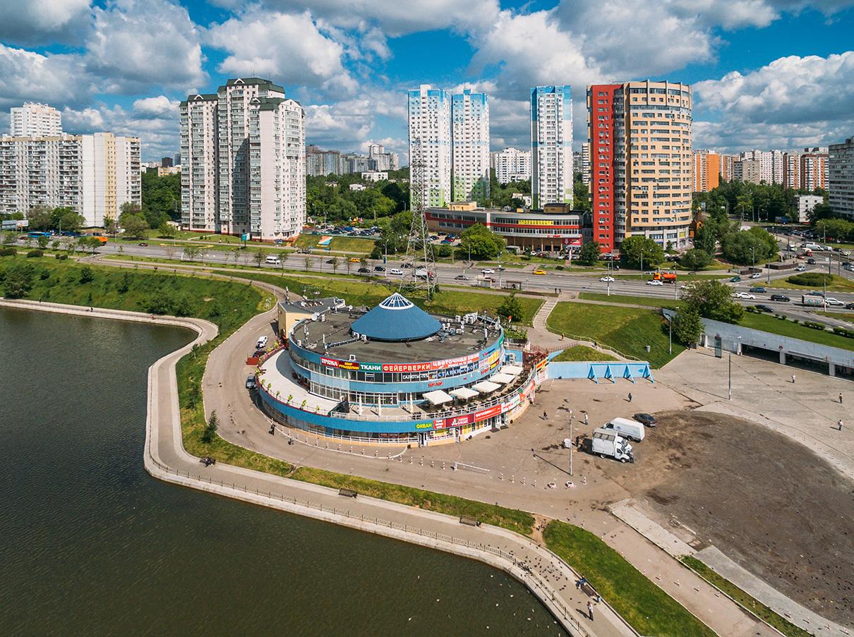 Видна высотки СУ-155 (по центру на заднем плане) и торговый центр «Альянс» рядом с метро «Чертановская»