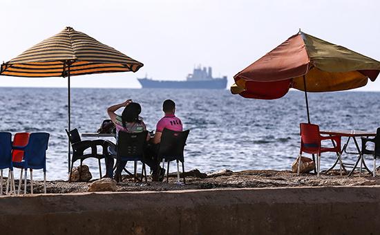 Местные жители на набережной сирийскогогородаТартус