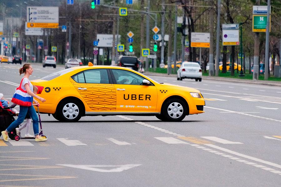 Весной 2016 года Uber едва не оказался запрещен в Москве — столичный департамент транспорта требовал от компании подписать документ, согласно которому Uber должен взять на себя два обязательства: во-первых, работать только с легальными таксистами, имеющими разрешение на таксомоторную деятельность, во-вторых, передавать данные по движению их автомобилей по городу. В итоге компания приняла решение согласиться на условия московских властей.