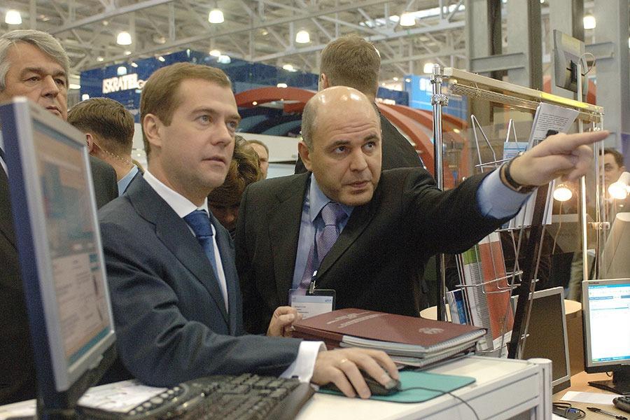 Первый вице-премьер Дмитрий Медведев (слева) и руководитель Роснедвижимости Михаил Мишустин на выставке «Инфоком-2006»