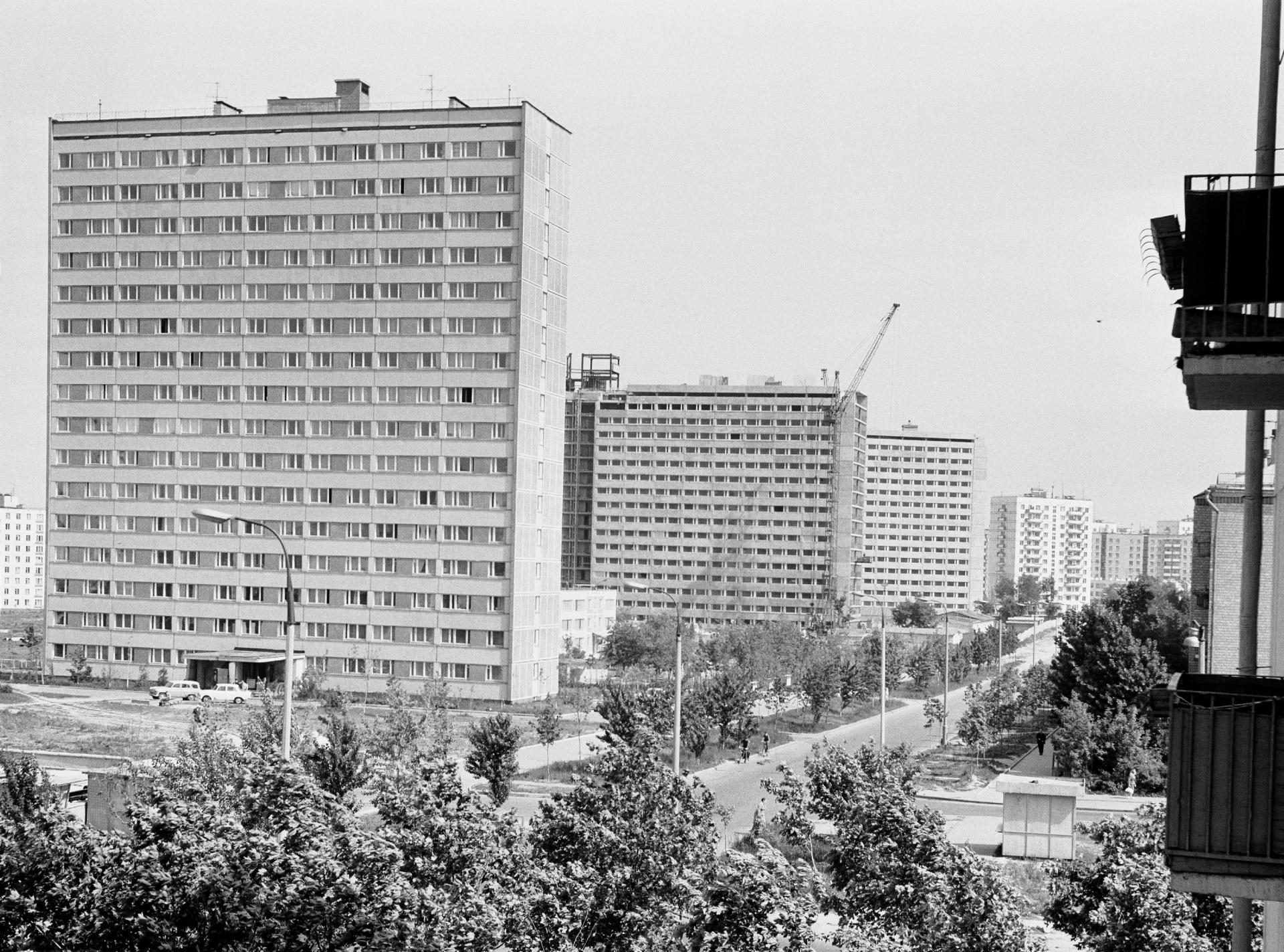 16-этажный одноподъездный панельный жилой дом серии 1МГ-601 Д. Вид на Новые Черемушки из строящегося жилого здания на улице Телевидения. 13 июня 1969г.