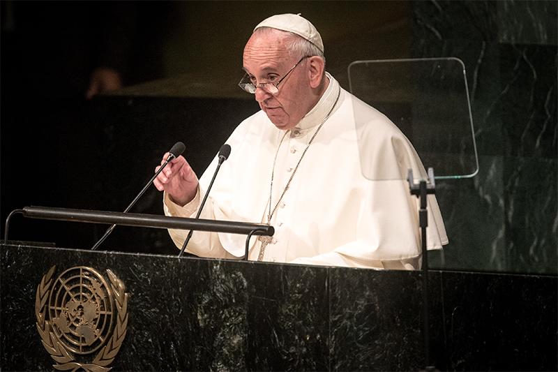 Папа Римский Франциск  В пятницу, 25 сентября, стрибуны Генассамблеи ООН выступил папа римский Франциск. В своей речи он подробно остановился натаких проблемах, какмеждународные конфликты, борьба сбедностью иохрана окружающей среды.  По словам понтифика, приразрешении мировых конфликтов ипреодолении их последствий должно доминировать «международное право инеустанные переговоры». УставООН, сказал папа, должен применяться «некакинструмент, маскирующий сомнительные намерения», акак «правовой ориентир» длядостижения мира.  «Этика иправо, основанные наугрозах взаимного уничтожения, <…> содержат всебе внутреннее противоречие иявляются вызовом всему устройству ООН»,— отметилон. Папа призвал бороться замир безядерного оружия. Недавнее соглашение поядерной проблеме вАзии инаБлижнем Востоке стало доказательством возможности искренней реализации доброй политической воли изаконности.  Папа такжезаявил, чтовмире проявились серьезные негативные последствия политического ивоенного вмешательства, накоторые международное общество недавало согласия. В любой конфликтной ситуации, например наУкраине, вСирии, Ираке, Ливии, Судане, жизни конкретных людей должны стоять выше любых узкопартийных интересов, скольбы законными они нибыли. Святейший отец призывал череззаконы имеханизмы международного права делать все возможное дляпрекращения насилия идлязащиты невинных людей.  Понтифик такжеотметил, чтоэкологический кризис имасштабное разрушение биологического разнообразия ставит подудар существование человеческого вида. К нерациональному использованию природных ресурсов, поего мнению, ведет «эгоистичная ибезоглядная жажда власти иматериального благосостояния». Онажеявляется причиной «неравноправия вотношениислабых инеимущих людей».