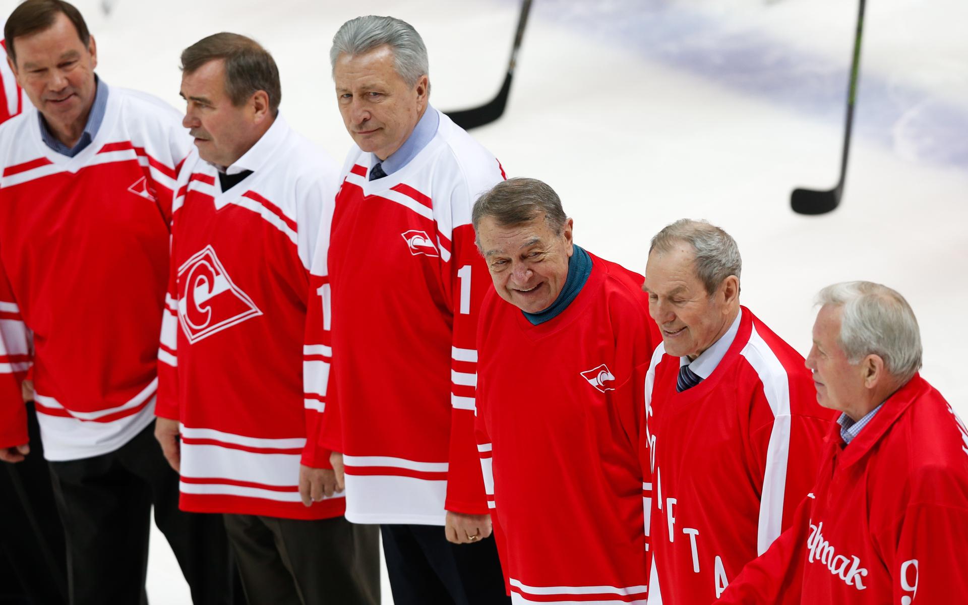 Владимир Шадрин (третий справа)