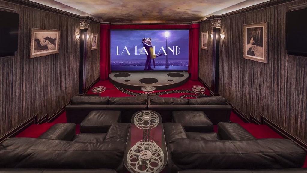 В особняке оборудован кинотеатр на десять зрителей. Когда выключается свет, искусственная подсветка на потолке переливается подобно звездному небу