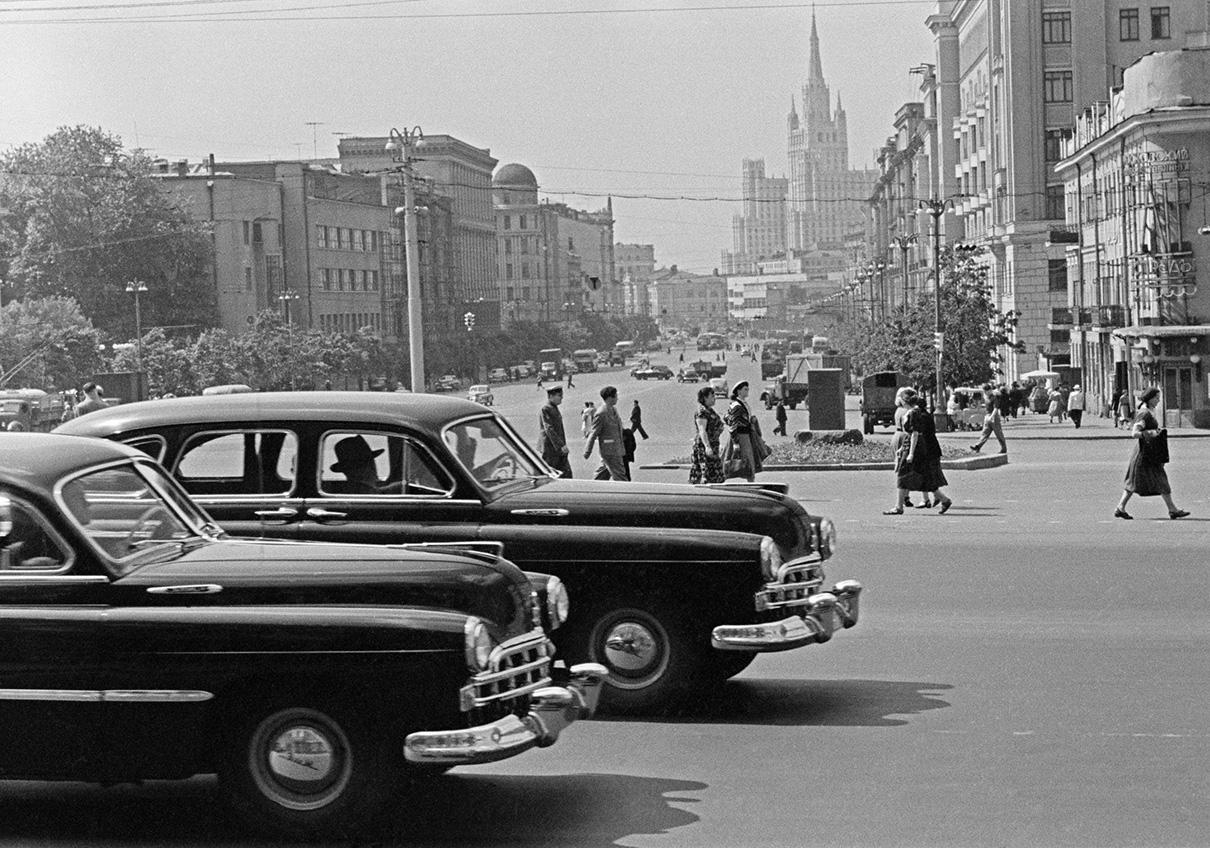 Автомобили ЗиМ-12 на площади Маяковского.1957 год