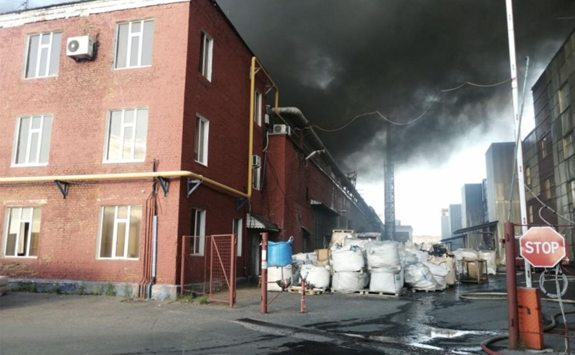 В Подольске загорелась заводская свалка на площади более 3 тыс. метров