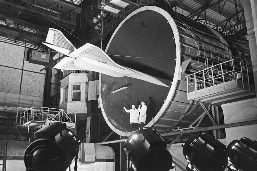 Подготовка к испытаниям на прочность сверхзвукового пассажирского самолета Ту-144 в статическом зале Центрального аэрогидродинамического института имени Н. Е. Жуковского, 1971 год