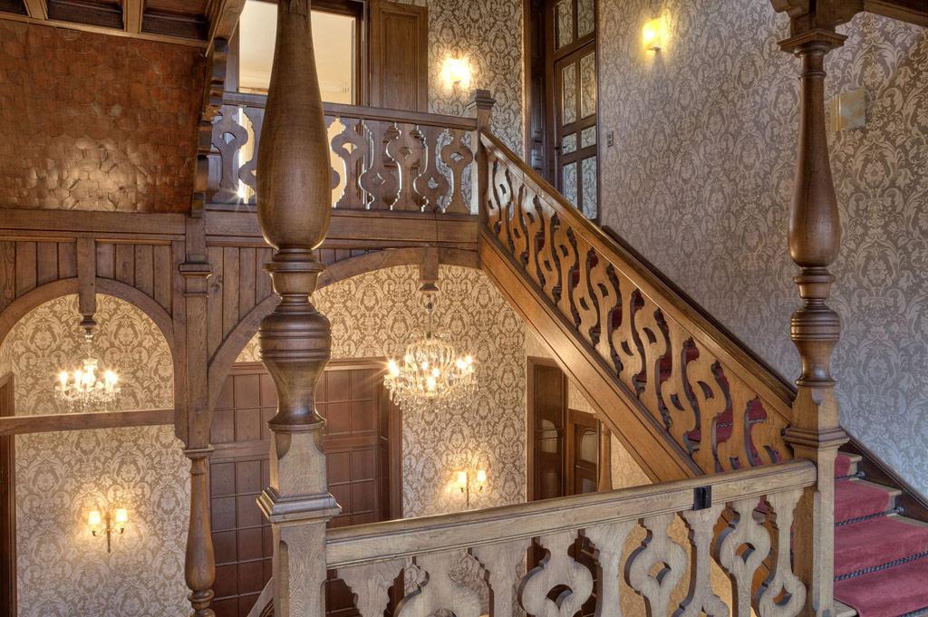 Площадь четырехэтажного дома составляет 1,3 тыс. кв. м, в нем 22 комнаты, из которых 14 спален, и 10 санузлов