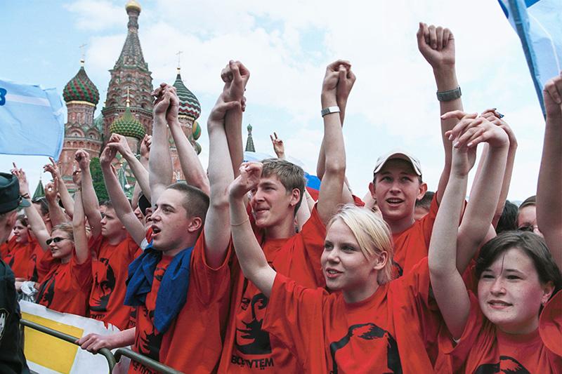 7 мая 2001 года  В день годовщины инаугурации Владимира Путина на пост президента России «Идущие вместе» провели на Васильевском спуске массовую акцию, получившую название «Идущие вместе» с президентом».